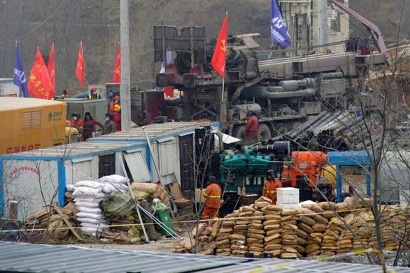 Trung Quốc giải cứu được 11 trong 22 thợ mỏ kẹt dưới mỏ vàng - Ảnh 1.