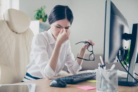 Nhân viên văn phòng cần cảnh giác với hội chứng thị giác màn hình - Ảnh 1.