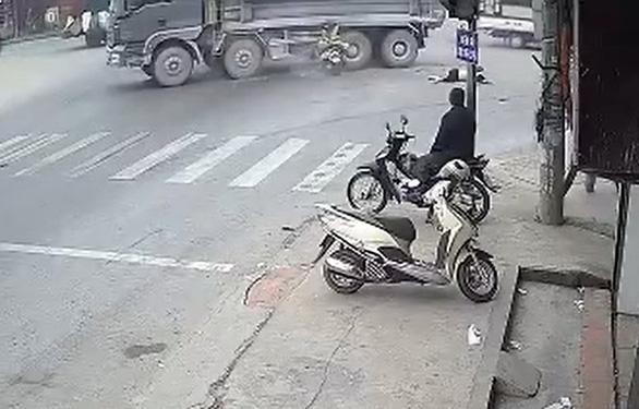Xe máy vượt đèn đỏ tông ôtô, 2 người đi xe máy chết - Ảnh 1.