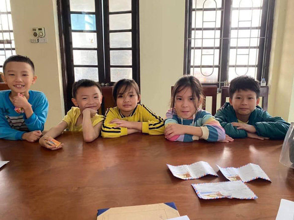 5 học sinh tiểu học nhặt được tiền, đến trụ sở công an nhờ tìm người đánh rơi trả lại - Ảnh 1.