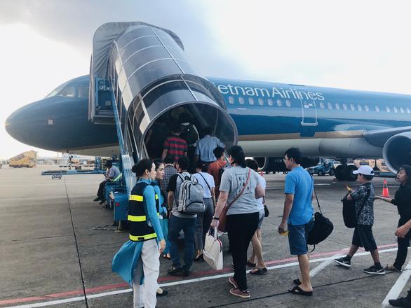 3 hãng bay bị yêu cầu dừng mở bán vé vượt quá slot được cấp - Ảnh 1.