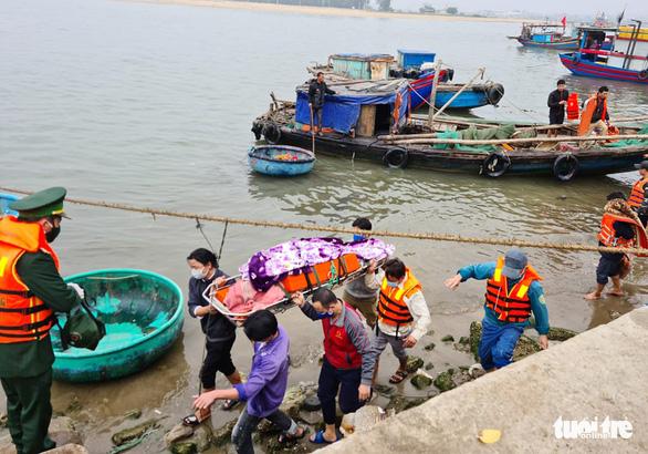 Tàu cá nghi bị tàu hàng đâm chìm, 1 ngư dân chết, 7 người được cứu sống - Ảnh 1.