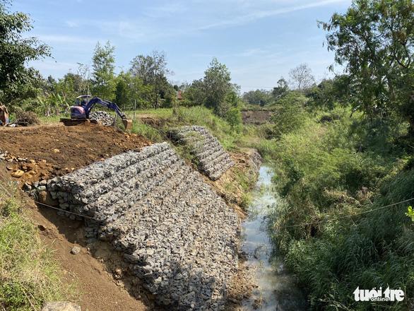 Lạ đời: Kênh thấp hơn ruộng cả mét, xây xong bỏ hoang rồi phải gia cố(!) - Ảnh 4.