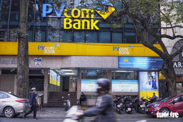 Nhân viên ngân hàng giúp chiếm đoạt hơn 400 tỉ của khách như thế nào? - Ảnh 1.