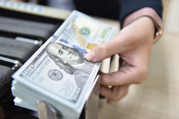 USD tự do chạm mốc 23.700 đồng/USD, vàng nhích lên - Ảnh 1.