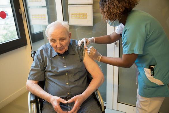 9 بزرگسال در فرانسه پس از واکسیناسیون علیه COVID-19 به دلیل بیماری های مزمن می میرند - عکس 2.