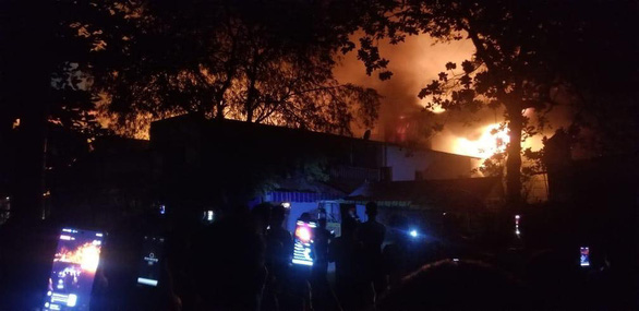 Xưởng vải ở Hóc Môn cháy lớn, đang lan sang nhà dân, công ty gần bên - Ảnh 1.