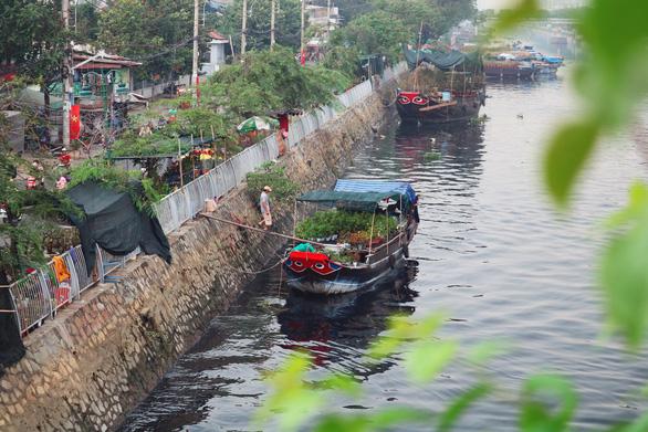 Làm đẹp không gian chợ hoa xuân Bến Bình Đông - Ảnh 1.