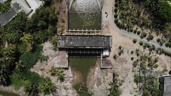 Sông Tiền bất ngờ tăng mặn, Tiền Giang gấp rút khoan giếng, đắp đập - Ảnh 3.