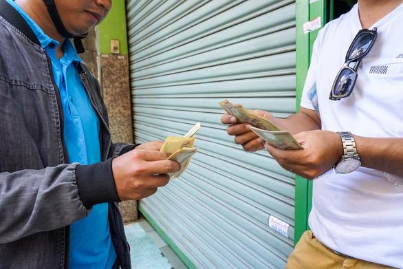 UBND TP.HCM yêu cầu xử lý nghiêm kinh doanh tiền lẻ trái phép - Ảnh 1.