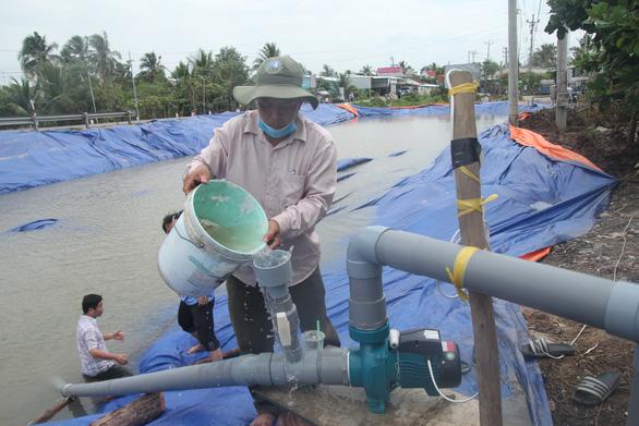 Sông Tiền bất ngờ tăng mặn, Tiền Giang gấp rút khoan giếng, đắp đập - Ảnh 2.