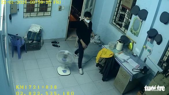 Clip trộm thò móc qua cửa sổ mở then ngang cửa chính để vô nhà - Ảnh 3.