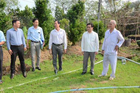 Sông Tiền bất ngờ tăng mặn, Tiền Giang gấp rút khoan giếng, đắp đập - Ảnh 1.