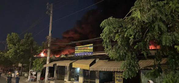 Xưởng vải ở Hóc Môn cháy lớn, đang lan sang nhà dân, công ty gần bên - Ảnh 4.
