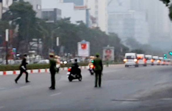 Xử lý tài xế xe máy lao theo đoàn xe phục vụ Đại hội Đảng XIII - Ảnh 1.