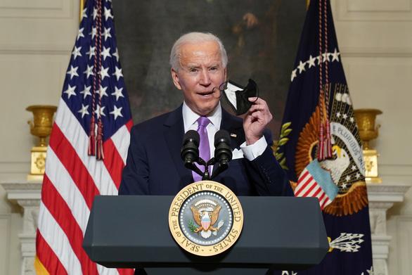 Chống COVID-19: Tổng thống Mỹ nói khẩu trang tốt hơn vắc xin - Ảnh 1.