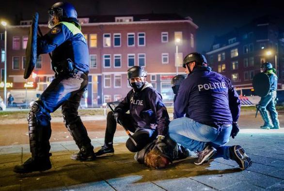 جدی ترین شورشهای هلند در 40 سال گذشته - عکس 2.