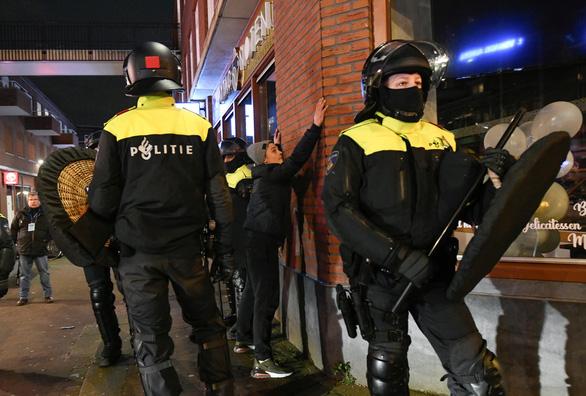جدی ترین شورشهای هلند در 40 سال گذشته - عکس 1.