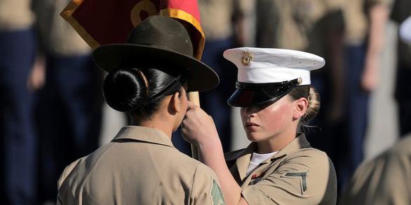 Lầu Năm Góc ra chính sách mới, cho nữ quân nhân được tô son môi, để tóc đuôi ngựa - Ảnh 2.