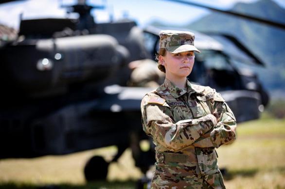 Lầu Năm Góc ra chính sách mới, cho nữ quân nhân được tô son môi, để tóc đuôi ngựa - Ảnh 1.