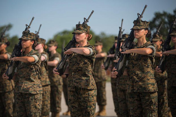 Lầu Năm Góc ra chính sách mới, cho nữ quân nhân được tô son môi, để tóc đuôi ngựa - Ảnh 3.