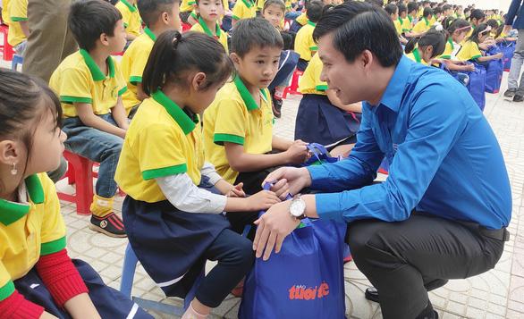 300 suất quà Tết sẻ chia cùng Tuổi Trẻ đến với học trò vùng cao Thanh Hóa - Ảnh 1.