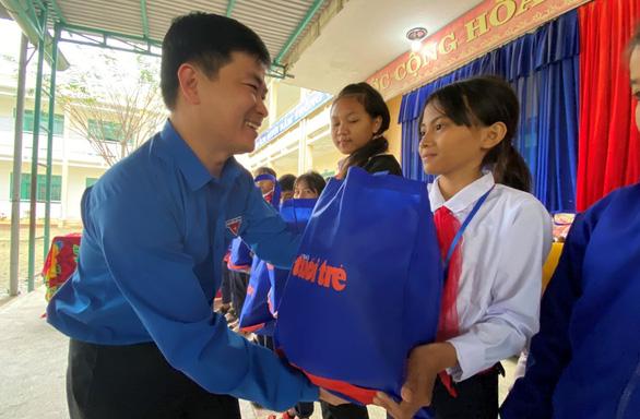 Tết sẻ chia với học sinh, sinh viên vùng bão lũ Quảng Nam - Ảnh 1.