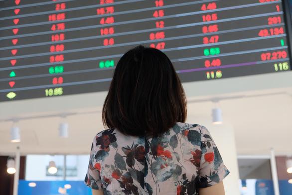 Bán tháo cổ phiếu sau tin COVID-19, chứng khoán Việt giảm mạnh nhất thế giới - Ảnh 1.