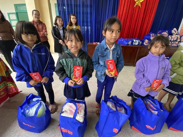 Tết sẻ chia với học sinh, sinh viên vùng bão lũ Quảng Nam - Ảnh 3.