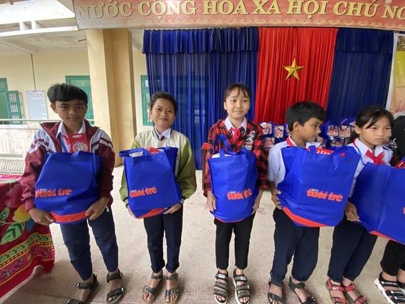 Tết sẻ chia với học sinh, sinh viên vùng bão lũ Quảng Nam - Ảnh 5.