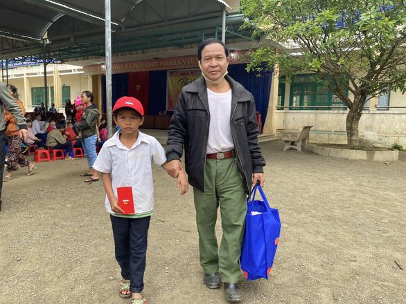 Tết sẻ chia với học sinh, sinh viên vùng bão lũ Quảng Nam - Ảnh 4.
