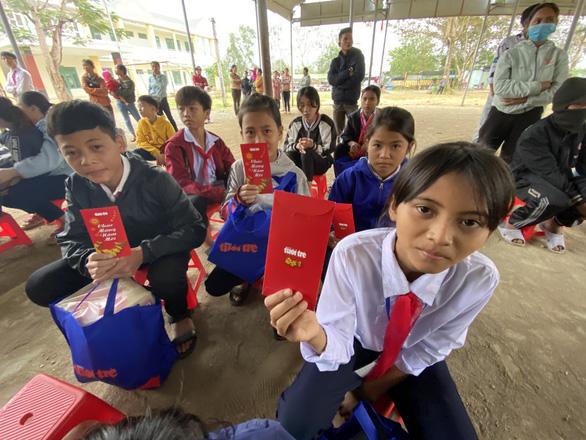 Tết sẻ chia với học sinh, sinh viên vùng bão lũ Quảng Nam - Ảnh 2.