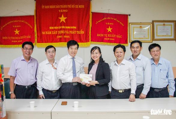 HĐND TP.HCM thăm, tặng quà chúc tết các bệnh viện tại TP - Ảnh 1.