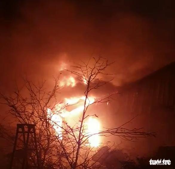 Cháy lớn tại nhà kho chứa bông gòn, nệm - Ảnh 1.