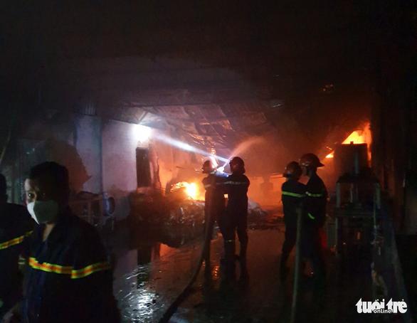 Cháy lớn tại nhà kho chứa bông gòn, nệm - Ảnh 4.