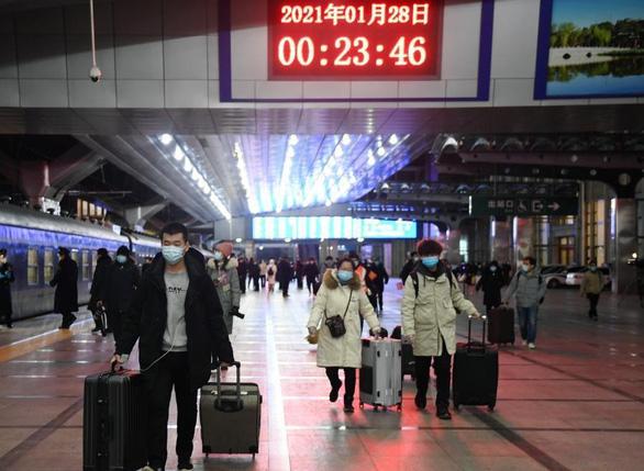 Hàng triệu người Trung Quốc bắt đầu Xuân vận giữa nỗi lo COVID - Ảnh 4.