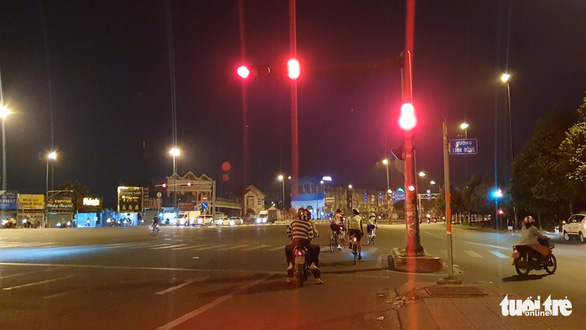 Người đi xe đạp vô tư chạy vào làn ôtô, vượt đèn đỏ trên đường Phạm Văn Đồng - Ảnh 2.