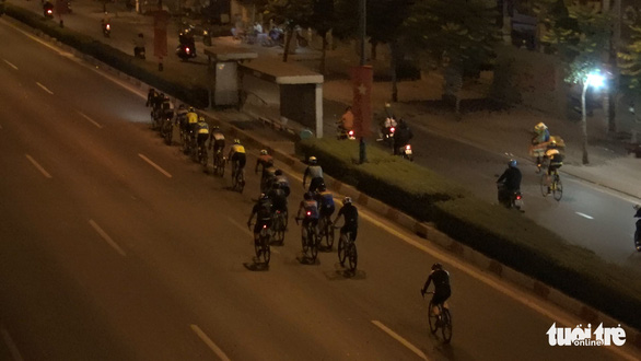 Người đi xe đạp vô tư chạy vào làn ôtô, vượt đèn đỏ trên đường Phạm Văn Đồng - Ảnh 3.