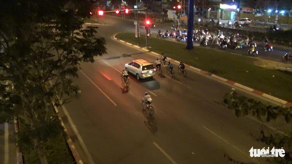 Người đi xe đạp vô tư chạy vào làn ôtô, vượt đèn đỏ trên đường Phạm Văn Đồng - Ảnh 4.