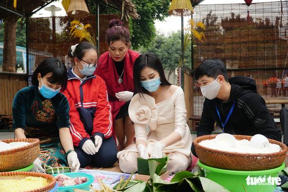 Hoa hậu Đỗ Thị Hà, Lương Thùy Linh gói bánh chưng tặng trẻ em vùng lũ - Ảnh 1.