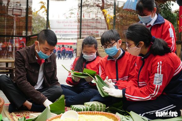 Hoa hậu Đỗ Thị Hà, Lương Thùy Linh gói bánh chưng tặng trẻ em vùng lũ - Ảnh 4.