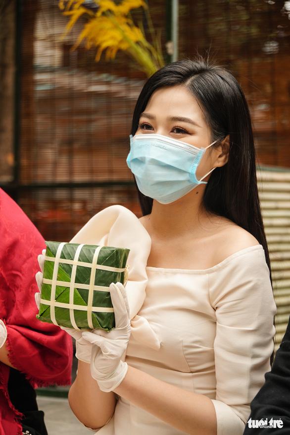 Hoa hậu Đỗ Thị Hà, Lương Thùy Linh gói bánh chưng tặng trẻ em vùng lũ - Ảnh 3.