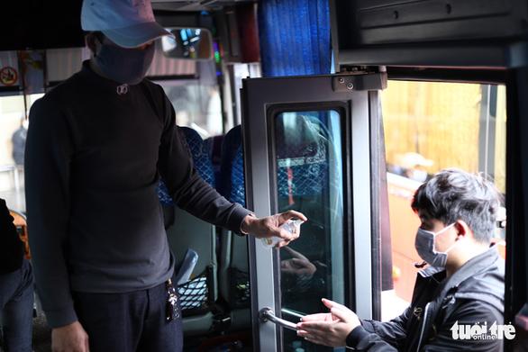 Hành khách Hà Nội phải đeo khẩu trang, đo thân nhiệt, khai báo y tế khi lên xe - Ảnh 6.