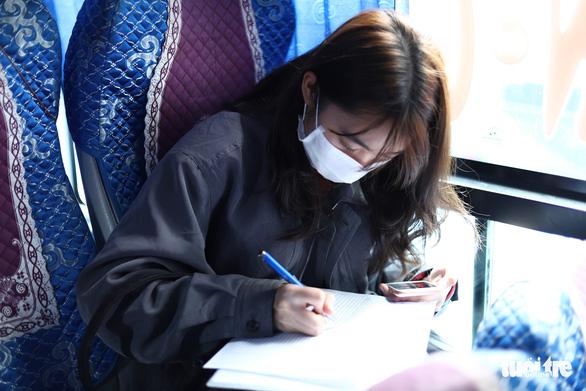 Hành khách Hà Nội phải đeo khẩu trang, đo thân nhiệt, khai báo y tế khi lên xe - Ảnh 7.