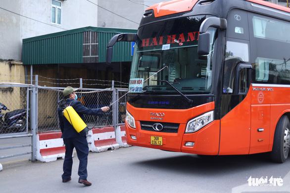 Hành khách Hà Nội phải đeo khẩu trang, đo thân nhiệt, khai báo y tế khi lên xe - Ảnh 3.