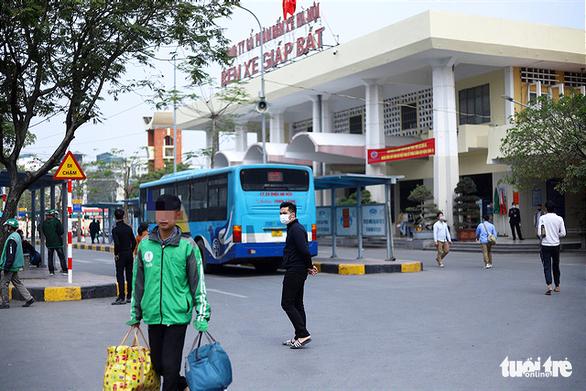 Hành khách Hà Nội phải đeo khẩu trang, đo thân nhiệt, khai báo y tế khi lên xe - Ảnh 2.