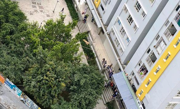 Vì sao chi cục trưởng Chi cục Thi hành án dân sự quận Bình Tân rơi lầu tử vong? - Ảnh 1.