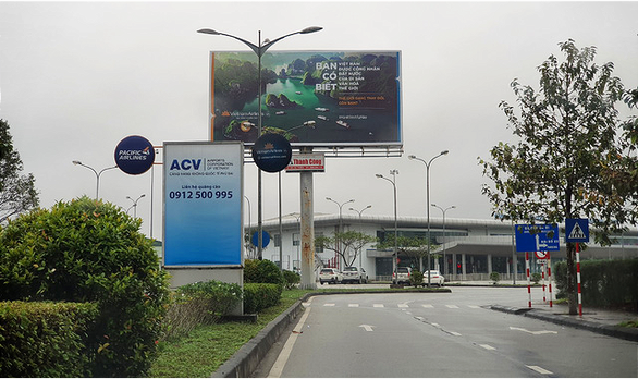 Sân bay Phú Bài dừng bán vé xe máy vào cổng sân bay - Ảnh 1.