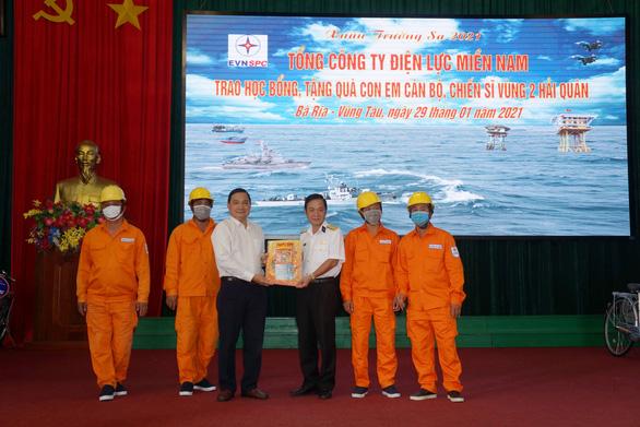 Điện lực Miền Nam trao quà xuân cho con em chiến sĩ Vùng 2 Hải quân - Ảnh 3.