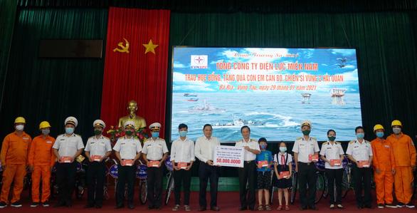Điện lực Miền Nam trao quà xuân cho con em chiến sĩ Vùng 2 Hải quân - Ảnh 1.